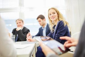 Business Team bei Diskussion arbeiten zusammen in einem Meeting